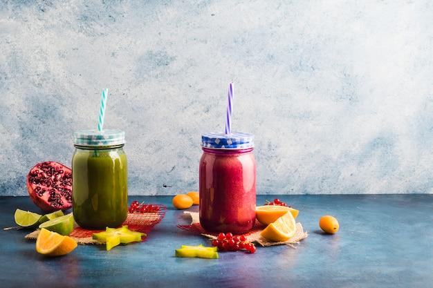 Bodegón de dos smoothie saludables