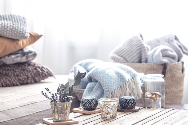 Bodegón con elementos de decoración del hogar sobre la mesa