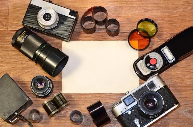 Bodegón con equipo fotográfico antiguo.