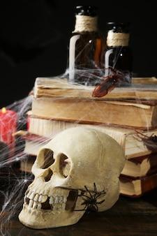 Bodegón espantoso para halloween, sobre superficie oscura