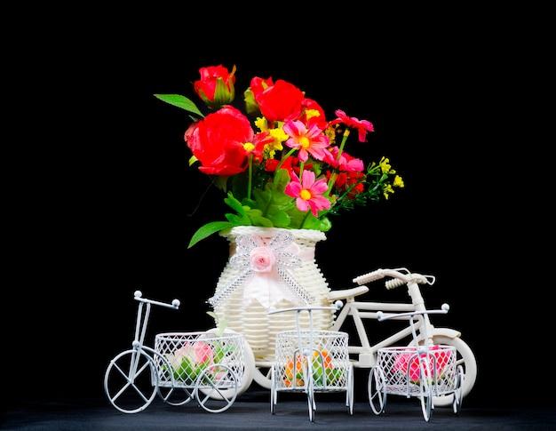 Bodegón con flores y adornos.