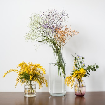 Bodegón de flores en mesa