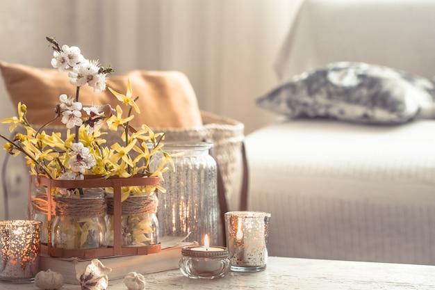 Bodegón de flores con objetos decorativos en la sala de estar