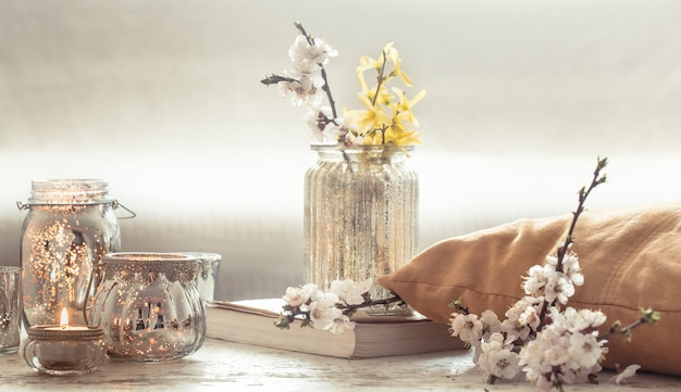 Bodegón con flores con objetos decorativos en la sala de estar.
