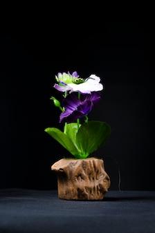 Bodegón con flores y ornamentales.