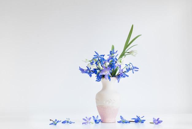 Bodegón con flores de primavera azul