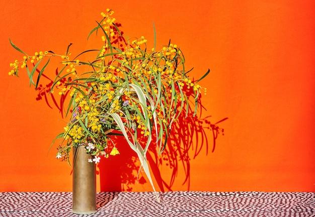 Bodegón de flores de primavera, mimosas, flores silvestres con sombra dura