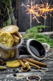 Bodegón con galletas y luces