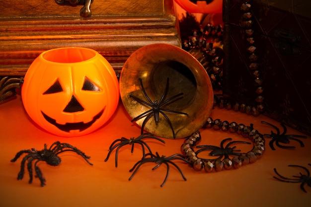 Bodegón de halloween decorativo con joyero calabazas arañas y objetos vintage espacio de copia