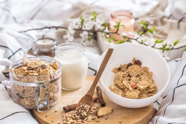 Bodegón con un hermoso desayuno saludable en la cama