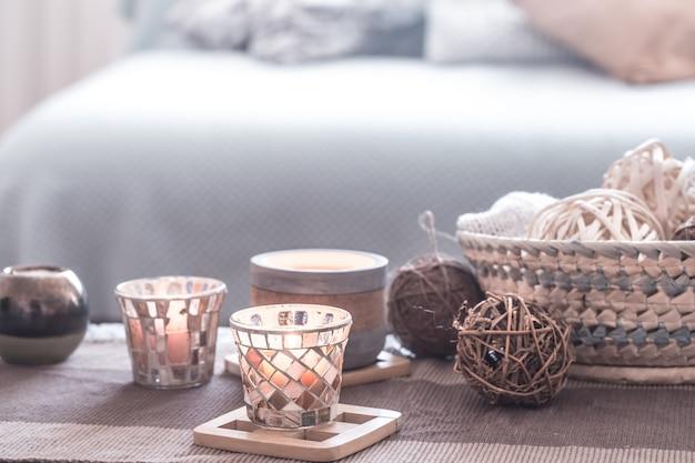 Bodegón hogar acogedor decoración interior con velas. decoración de sala de estar.
