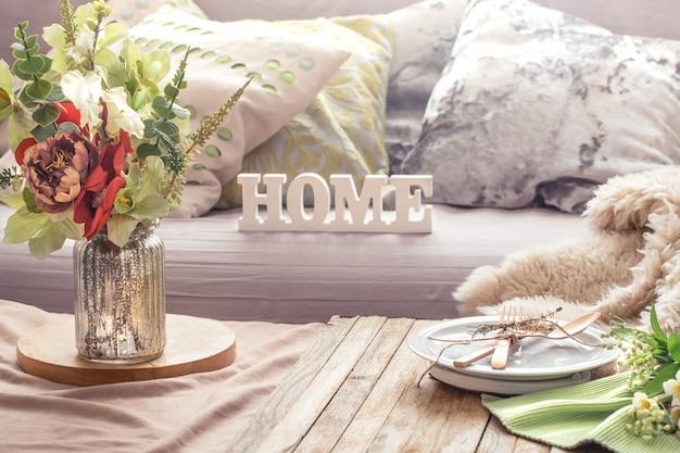 Bodegón interior con elementos de decoración en la sala de estar de su casa