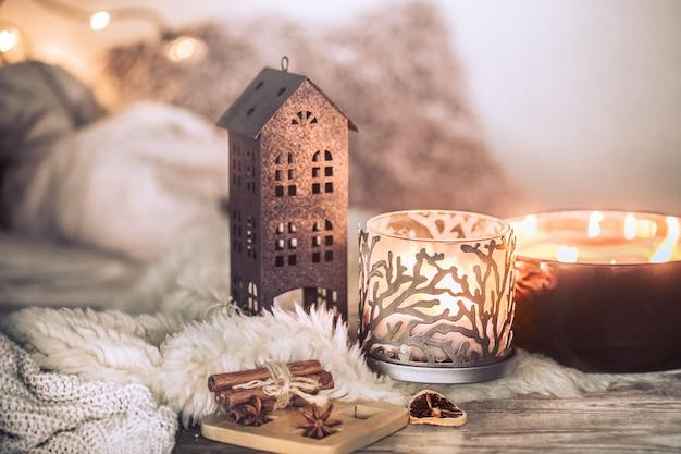 Bodegón en el interior con hermosas velas, sobre la mesa de una acogedora decoración del hogar