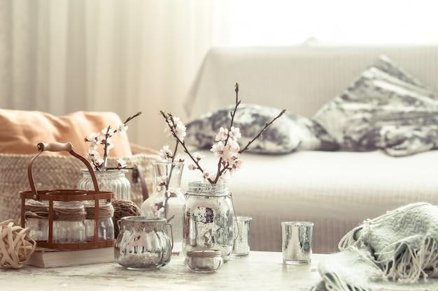 Bodegón con jarrones con flores de primavera en la sala de estar