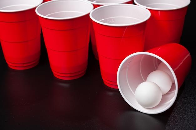 Bodegón de un juego de cerveza pong
