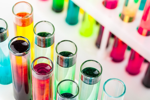 Bodegón en laboratorio. tubos de ensayo con productos químicos de colores.