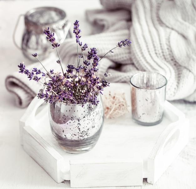 Bodegón con lavanda en un vaso