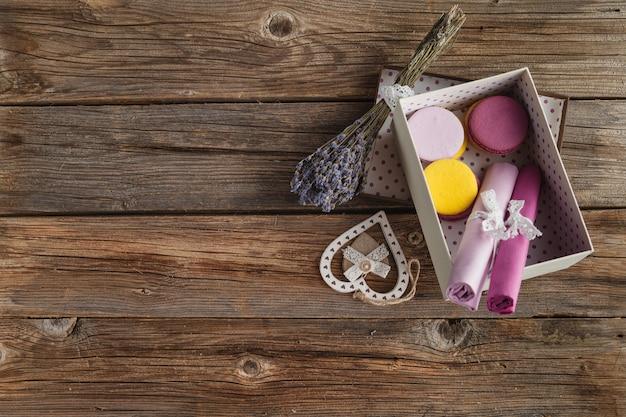 Bodegón con macarrones frescos y lavanda, copyspace