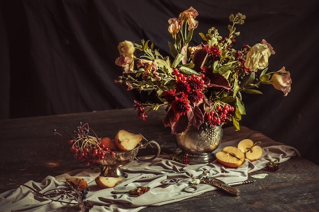 Bodegón con manzanas y flores de otoño.