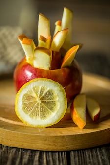 Bodegón con manzanas en la madera. manzanas cortadas en tiras.