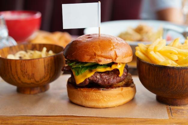 Bodegón con menú de hamburguesas de comida rápida y papas fritas