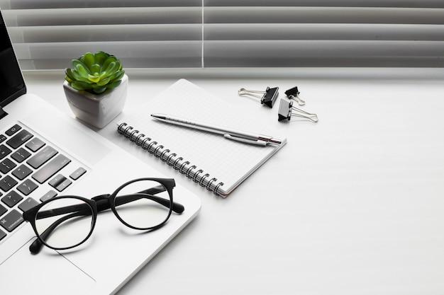 Bodegón de mesa de oficina
