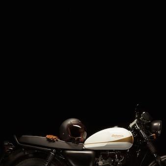 Bodegón de motocicleta estilo cafe racer