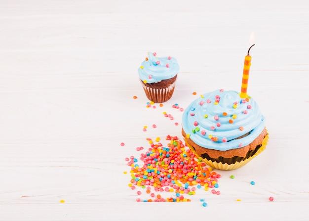 Bodegón con muffin para cumpleaños