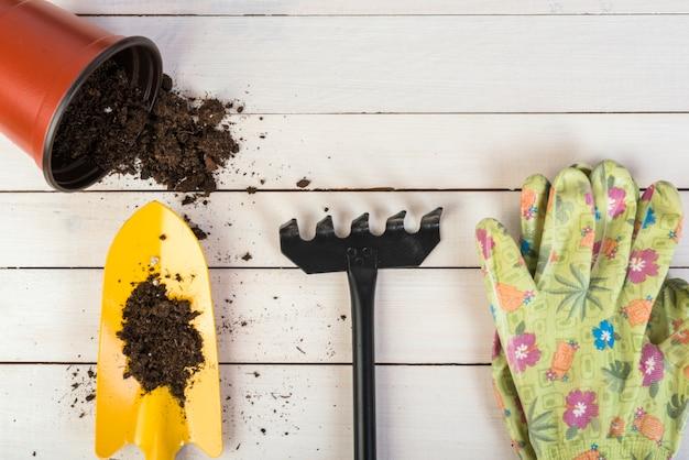 Bodegón con objetos de jardinería