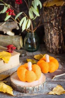 Bodegón otoñal con calabaza y hojas caídas