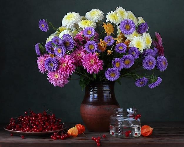 Bodegón otoñal con crisantemos y ásteres.