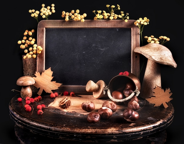 Bodegón de otoño con decoraciones de otoño y pizarra