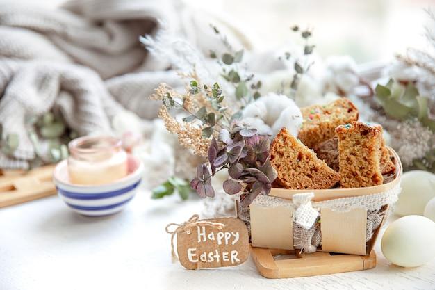 Bodegón de pascua con trozos de cupcake festivo, huevos y flores. concepto de vacaciones de semana santa.