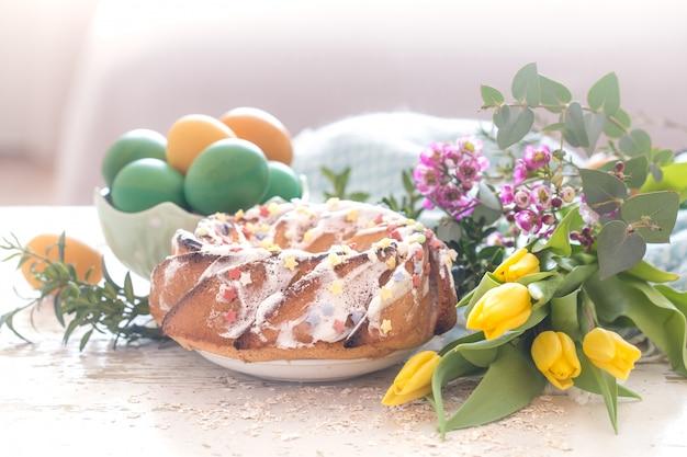 Bodegón con pastel de pascua y huevos de colores.
