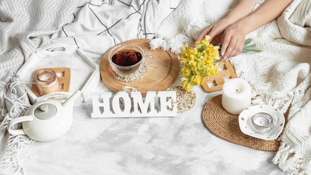 Bodegón de primavera con una taza de té y flores.