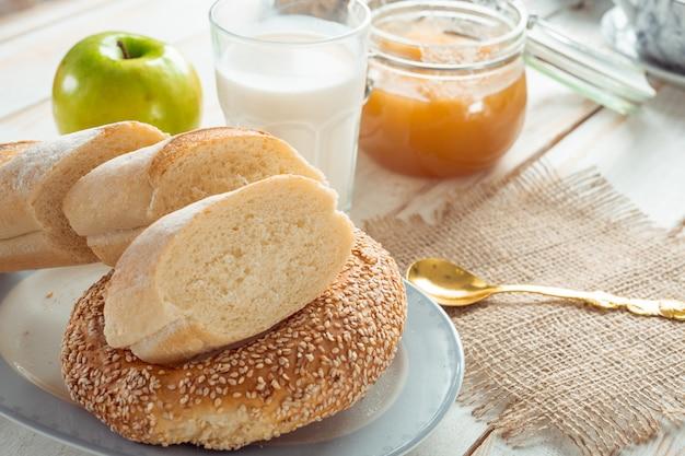 Bodegón con productos lácteos, leche, huevos, pan.