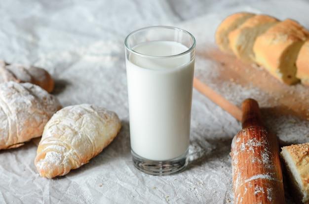 Bodegón de productos lácteos y pan.