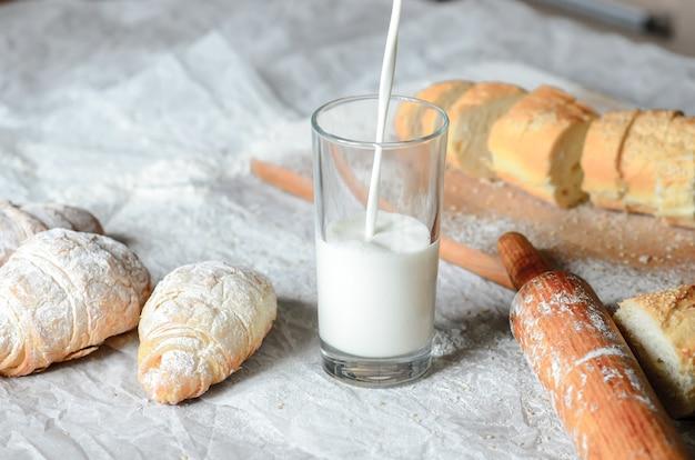 Bodegón de productos lácteos y panificados.