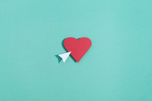 Bodegón de redes sociales con corazón y flecha.