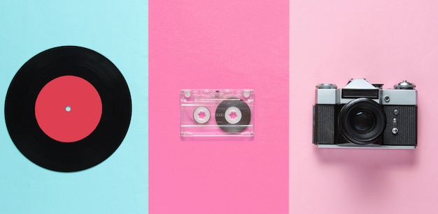 Bodegón retro con grabación inyl, casete de audio y cámara de película.