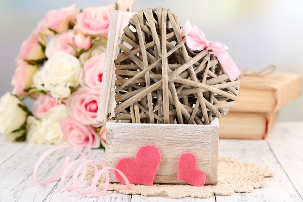 Bodegón romántico con corazón en ataúd de madera