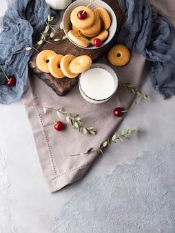 Bodegón rústico con leche y galletas. desayuno de verano