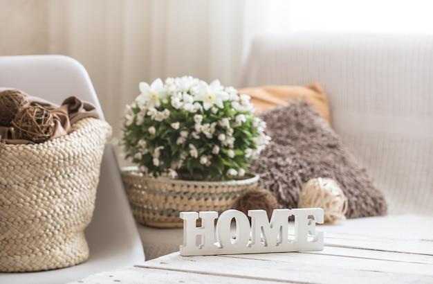 Bodegón en la sala de estar con inscripción de madera en casa.