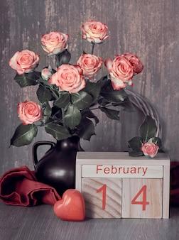 Bodegón de san valentín con calendario de madera