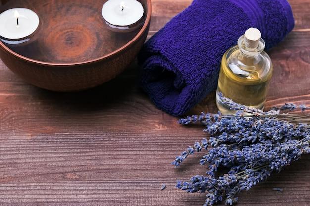 Bodegón de spa con lavanda, aceite aromático y velas
