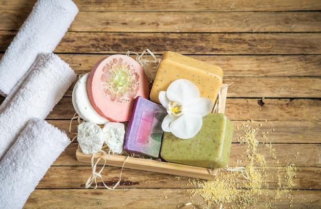 Bodegón de spa sobre fondo de madera, concepto de belleza y cuidado corporal
