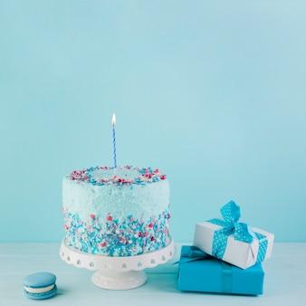 Bodegón de tarta de cumpleaños deliciosa con regalos