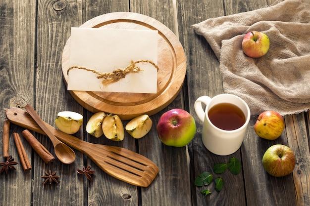 Bodegón de utensilios de madera y manzanas.lugar para el texto en la pared