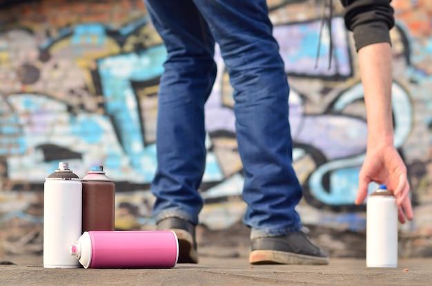 Un bodegón de varias latas de pintura usadas de diferentes colores.