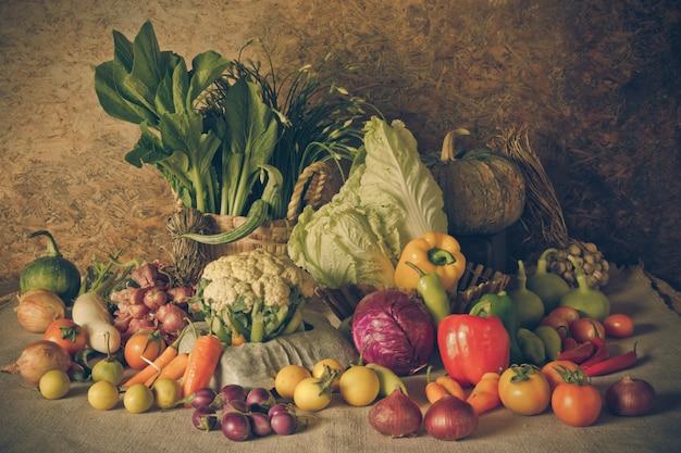 Bodegón verduras, hierbas y frutas.